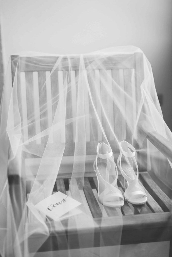 Свадебные туфли лежат на фате