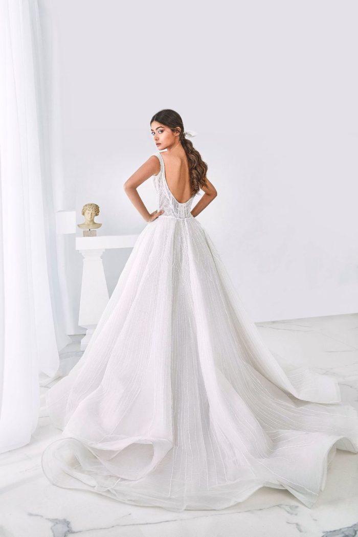 V-образное платье