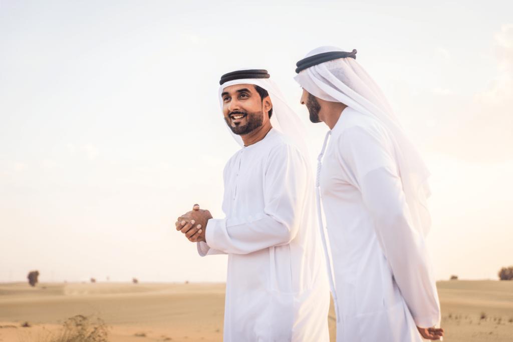 Арабские мужчины в пустыне